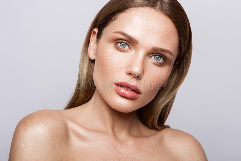 Schönheitsporträt des Modells mit natürlichem Make-up stockfotografie