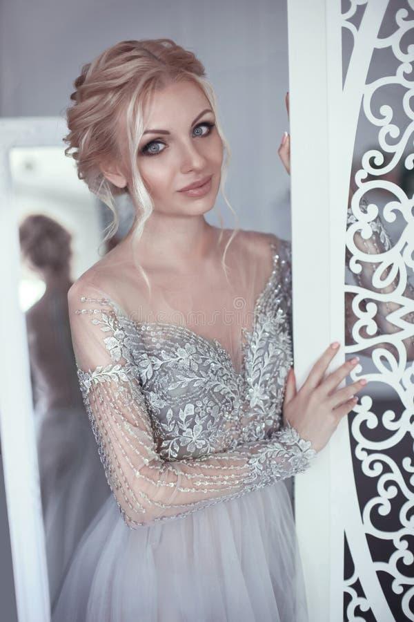 Schönheitsporträt des wearinBeauty Porträts der hübschen Braut von recht lizenzfreies stockbild