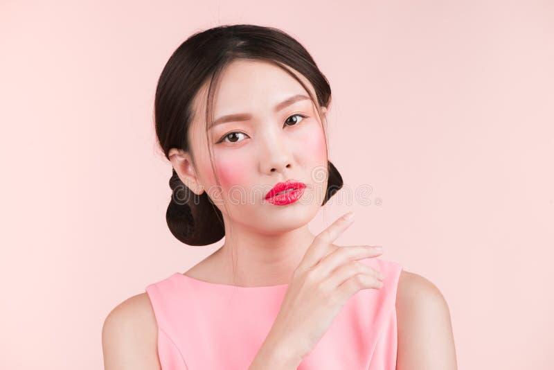 Schönheitsporträt des weiblichen Gesichtes mit den roten Lippen lizenzfreie stockfotografie