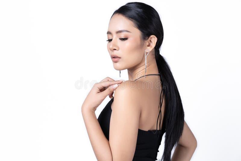 Schönheitsporträt des weiblichen Modells mit Modeartmake-up Mode-Modell-Schmuckisolat auf weißem Hintergrund Schönes Tanzen der j lizenzfreie stockfotografie