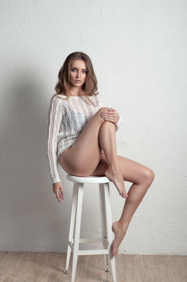 Schönheitsporträt eine Frau im Pullover lizenzfreies stockfoto