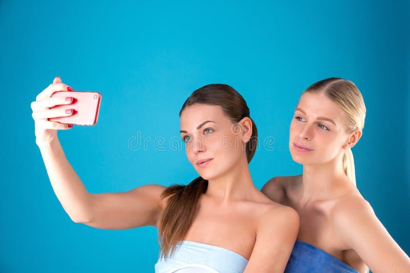 Schönheitsporträt einer jungen attraktiven Blondine und der Brunette halb nackten Frauen mit der perfekten Haut, die selfie aufwi lizenzfreie stockbilder