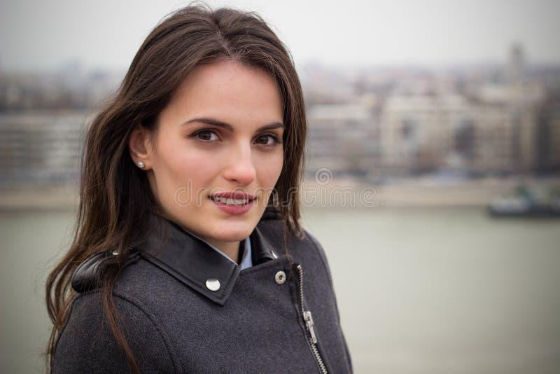 Schönheitsporträt einer jungen Brunettefrau mit schönem Lächeln stockfoto