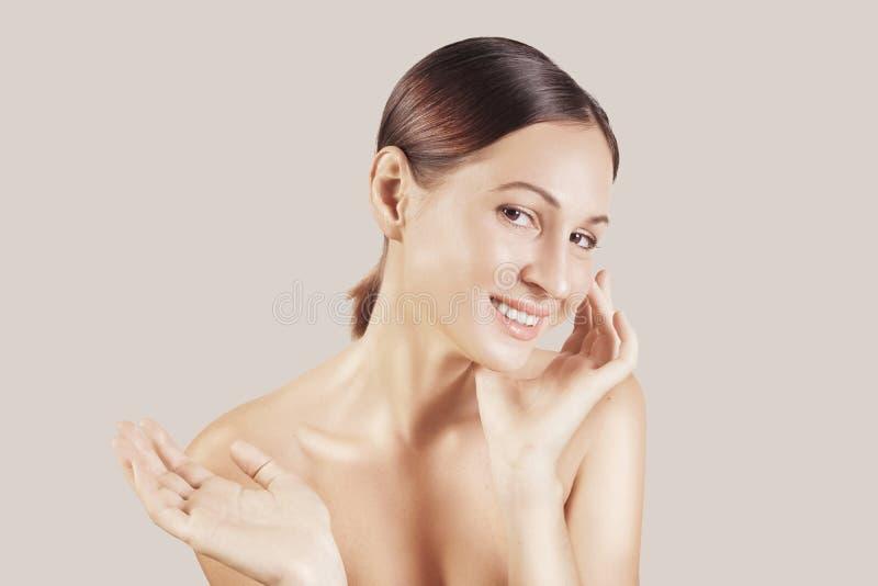 Schönheitsporträt eines europäischen jungen Mädchens des sehr schönen braunen Haares, Akt bilden Studiotrieb, weißer Hintergrund stockfotografie