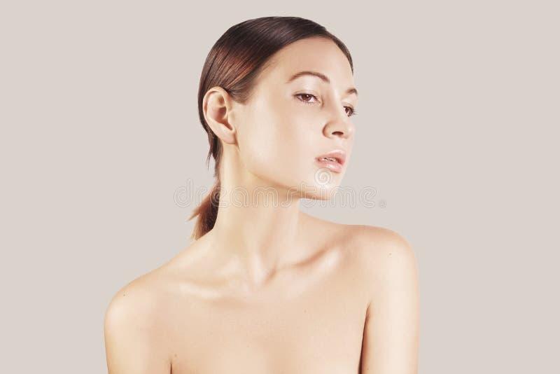 Schönheitsporträt eines europäischen jungen Mädchens des sehr schönen braunen Haares, Akt bilden Studiotrieb, weißer Hintergrund lizenzfreie stockfotografie