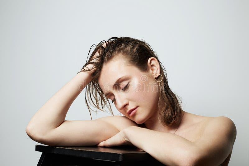 Schönheitsporträt eines hübschen jungen schulterfreien femle mit natürlichem Make-up über weißem Hintergrund Cosmetology und Anze stockfotografie