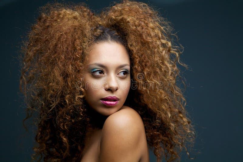 Schönheitsporträt eines schönen weiblichen Mode-Modells mit dem gelockten Haar lizenzfreies stockbild