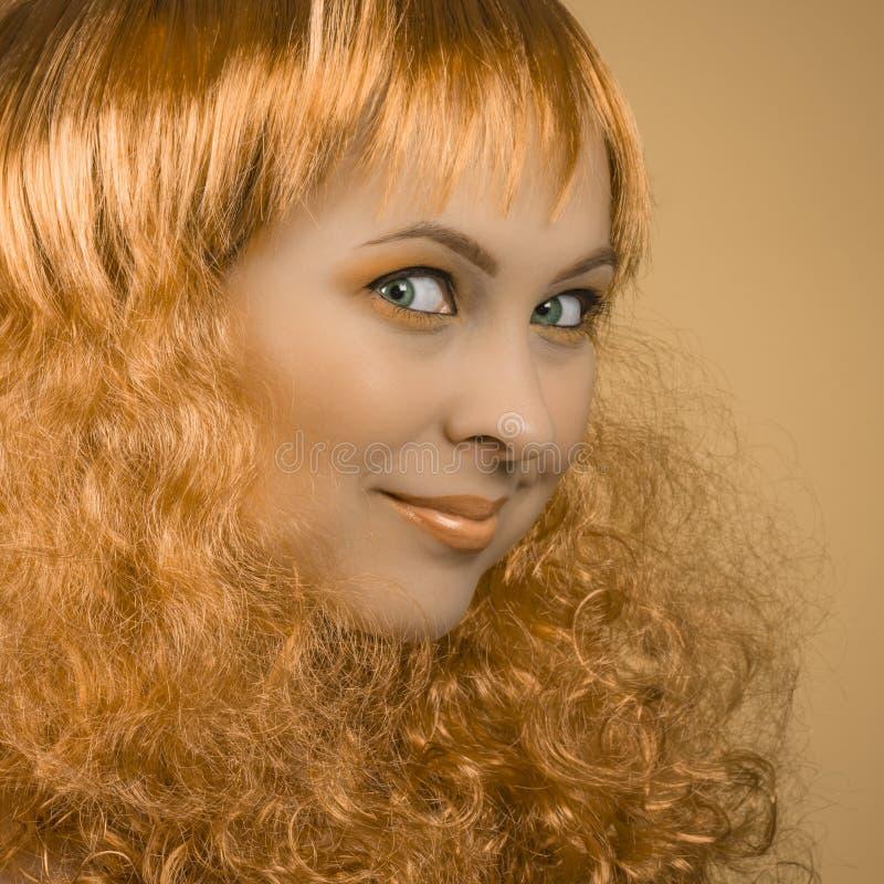 Schönheitsporträt mit dem gelockten Haar stockbild