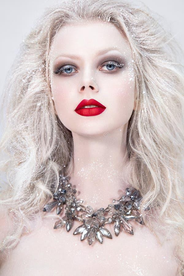 Schönheitsporträt mit den roten Lippen Porträt der schönen jungen Frau mit silbernen Weihnachtsbällen lizenzfreie stockbilder
