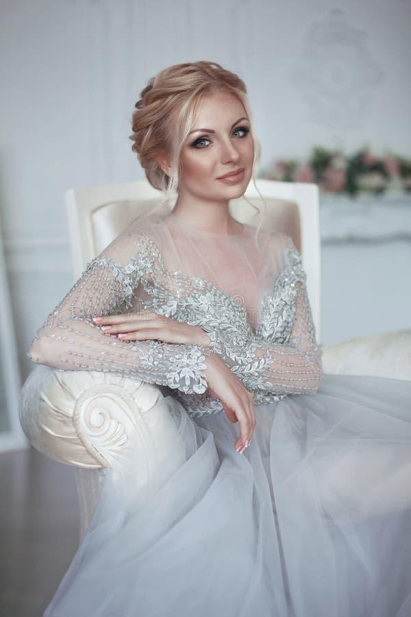 Schönheitsporträt Mode-Hochzeitskleides der Braut des tragenden Elegant lizenzfreies stockbild