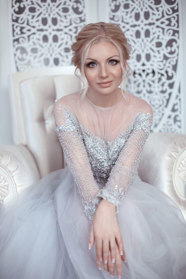 Schönheitsporträt Mode-Hochzeitskleides der Braut des tragenden Elegant stockfotografie