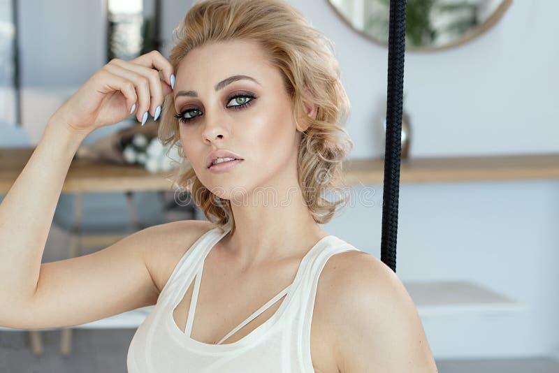 Schönheitsporträt sinnlicher blonder Dame lizenzfreie stockfotos