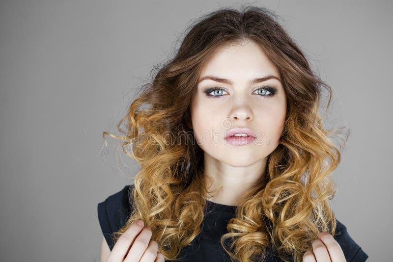 Schönheitsporträt von jungen Blondinen, lokalisiert auf grauem backgrou lizenzfreie stockbilder