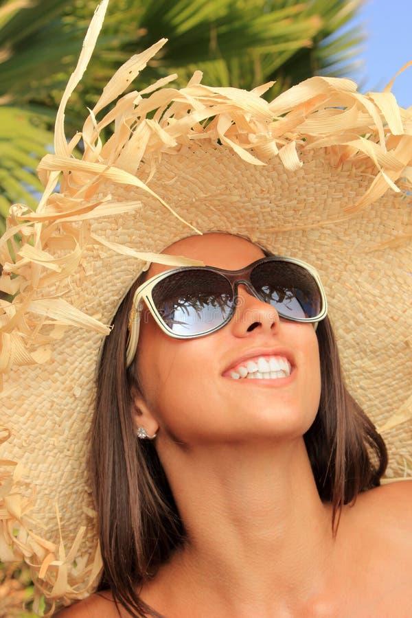 Schönheitsportrait der Frau auf dem Strand lizenzfreie stockfotos