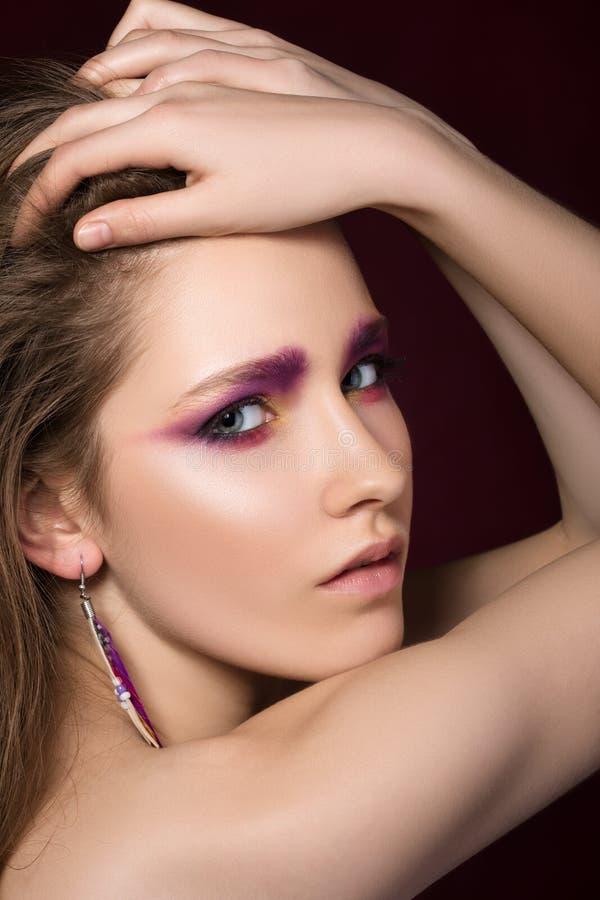 Schönheitsportrait der jungen Brunettefrau stockfoto