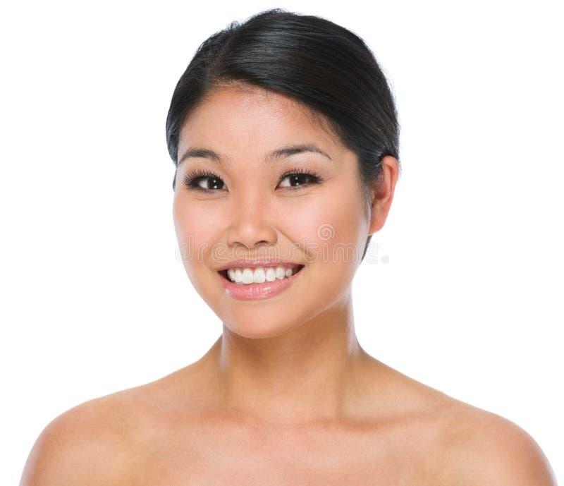Schönheitsportrait der lächelnden asiatischen Brunettefrau lizenzfreie stockfotos