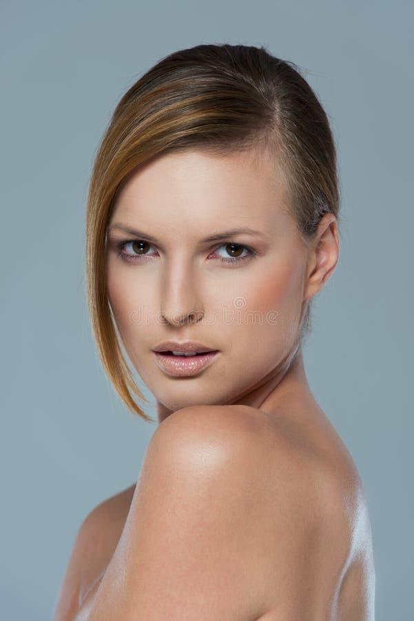 Schönheitsportrait des serous Mädchens getrennt auf Grau lizenzfreie stockfotografie
