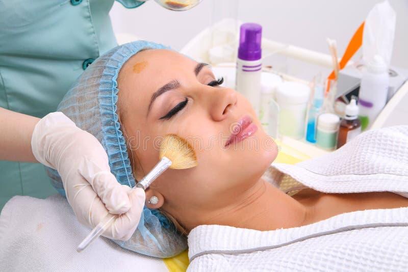Schönheitssalon, Gesichtsschalenmaske mit Harzöl und Fruchtsäuren lizenzfreie stockfotos