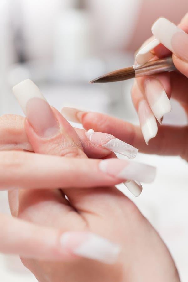 Schönheitssalon: Maniküre, malend auf Nagel stockfotos