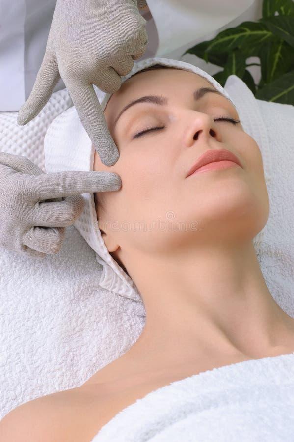 Schönheitssalonserie. Gesichtsmassage lizenzfreies stockbild