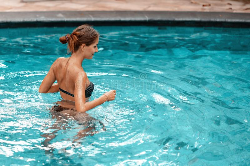 Sch?nheitsschwimmen am Pool Abschluss oben lizenzfreie stockfotos