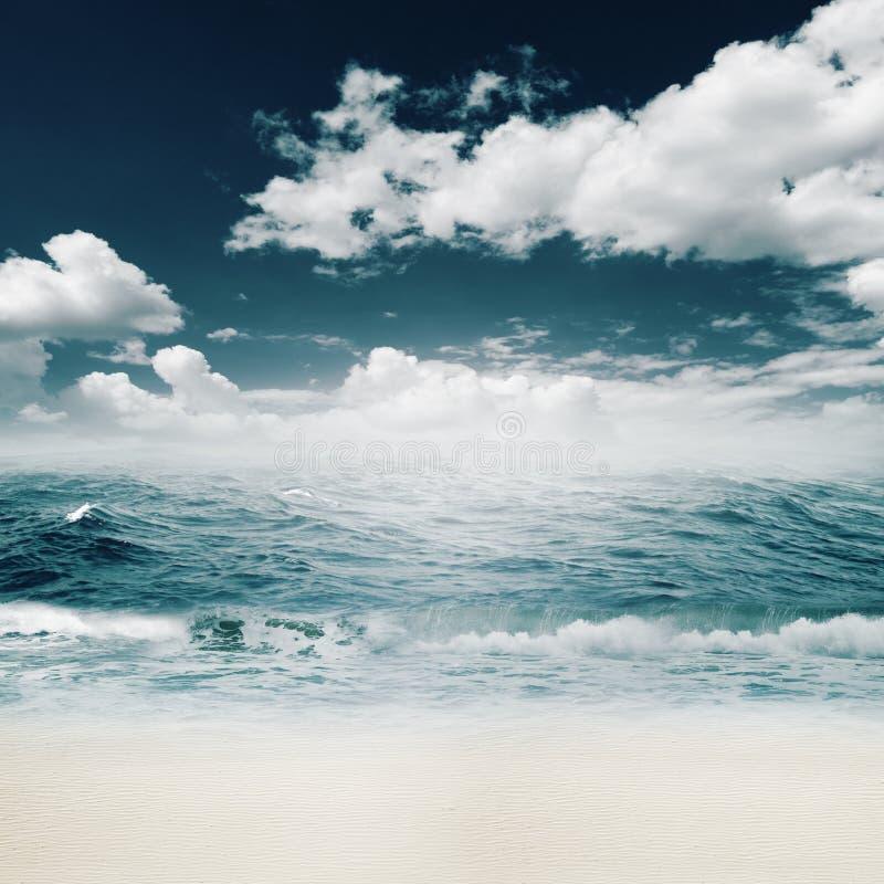 Schönheitssommertag auf dem Ozeanstrand stockfoto
