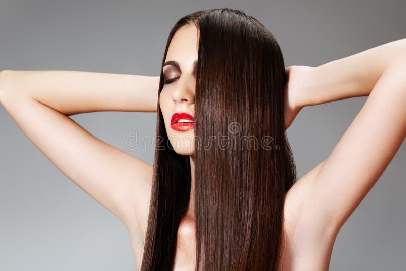Schönheitssorgfalt. Frau mit glänzender slicked Frisur stockfotografie