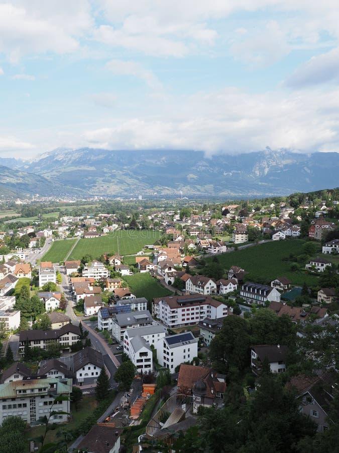 Schönheitsstadtbild der kleinen europäischen Hauptstadtmitte von Vaduz in Liechtenstein-Landschaft - Vertikale stockfoto