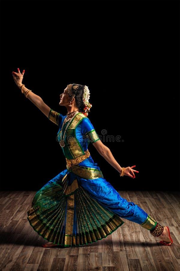 Schönheitstänzer des indischen klassischen Tanzes Bharatanatyam stockbilder