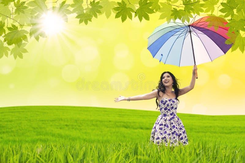 Schönheitstanz mit Regenschirm lizenzfreie stockfotografie