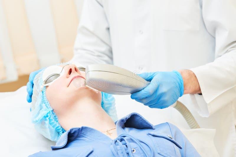 Schönheitsverfahren Doktor, der Gesichtshautpflege macht lizenzfreie stockfotos