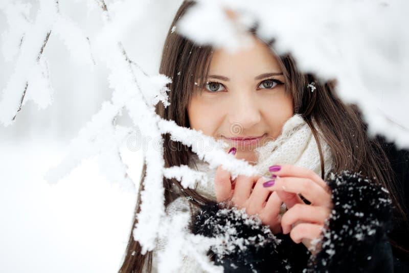 Schönheitswinterfrau lizenzfreies stockfoto