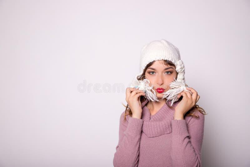 Schönheitswinterporträt Lächelndes Mädchen, das warme Kleidung trägt Spaß, Kuss, positives Gefühlkonzept Kopieren Sie Platz lizenzfreie stockbilder