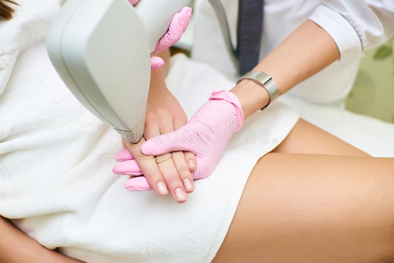 Schönheitswohnzimmer, Laser-Haarabbau, Doktor und Patient stockfotos