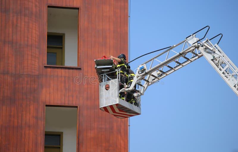 Schöpfen Sie LKW mit Feuerwehrmännern während der Übung im Firehouse stockfotografie