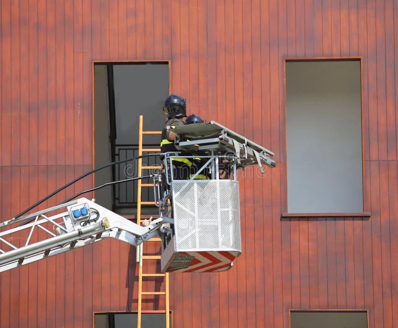 Schöpfen Sie LKW mit Feuerwehrmännern während der Übung im Firehouse stockfoto