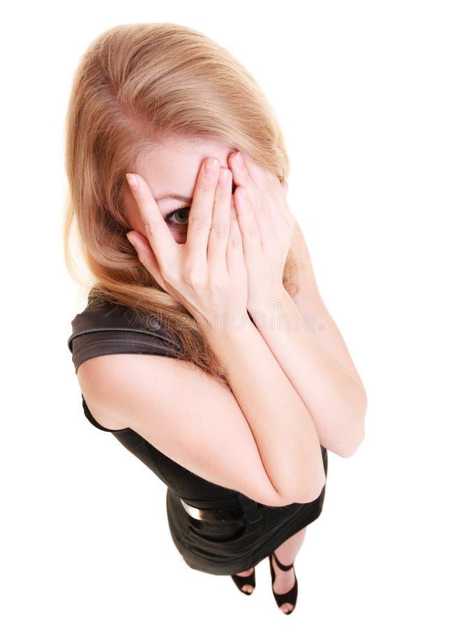 Schüchterne ängstlichfrau, die durch die Finger lokalisiert späht lizenzfreie stockfotografie