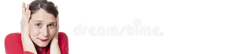 Schüchterne Frau, die sich schützt, wenn ihre Ohren, weißes Panorama bedeckt werden stockfoto