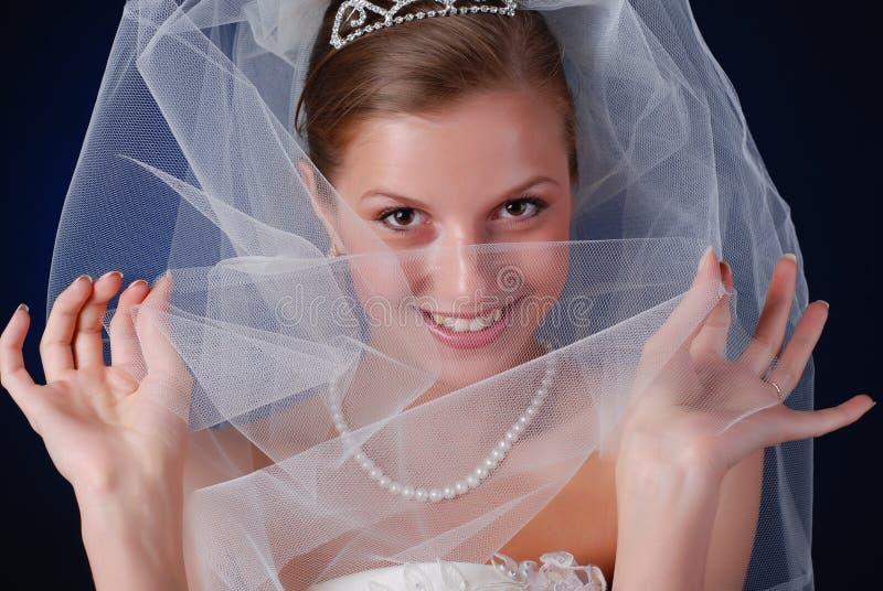 Schüchterne schöne Braut lizenzfreies stockfoto