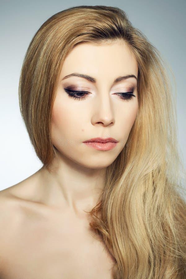 Schüchterne schöne junge Blondine stockfoto