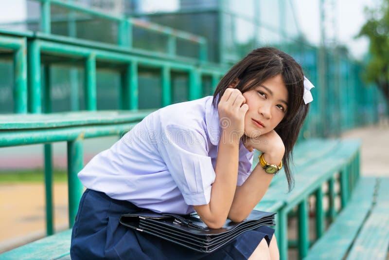 Schüchterner asiatischer thailändischer Schulmädchenstudent in hohem Schuluniform educati stockbilder