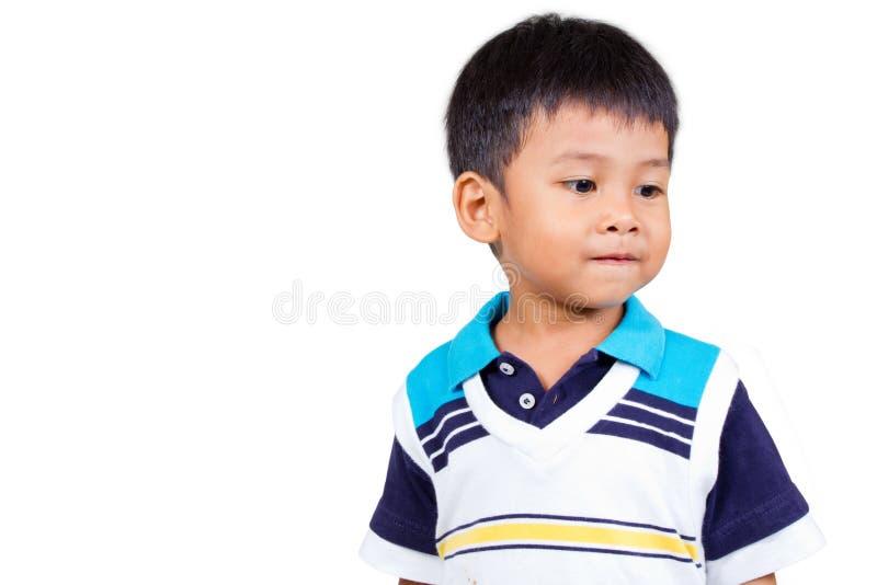 Schüchterner Junge, der nach links sein schaut. lizenzfreies stockfoto