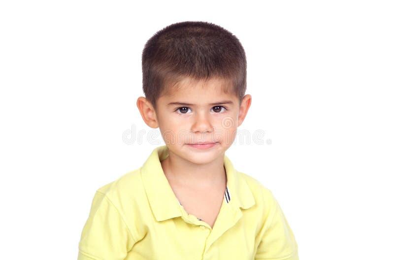 Schüchternes Baby mit gelbem T-Shirt lizenzfreies stockfoto