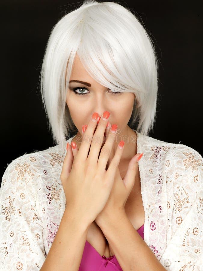 Schüchternes Coy Demure Young Woman Shocked lizenzfreies stockfoto