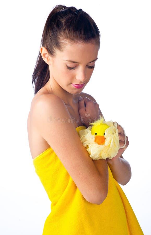 Schüchternes jugendlich badendes Mädchen stockbild