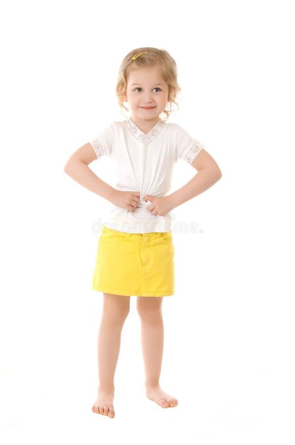 Schüchternes kleines Mädchen, das auf weißem Hintergrund steht lizenzfreies stockbild