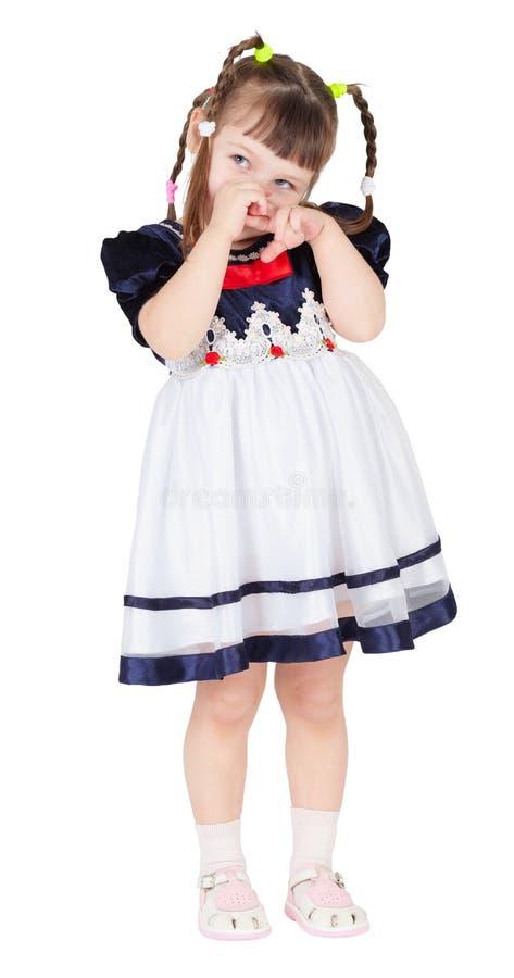 Schüchternes kleines Mädchen in einem schönen Kleid lizenzfreie stockfotografie