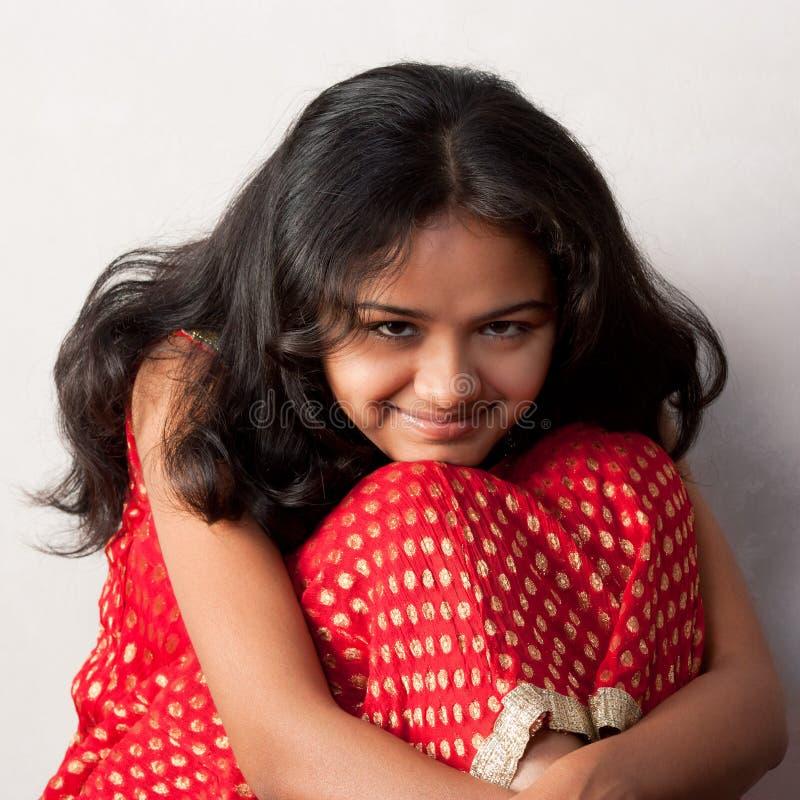 Schüchternes Lächeln des schönen indischen Mädchens lizenzfreies stockfoto