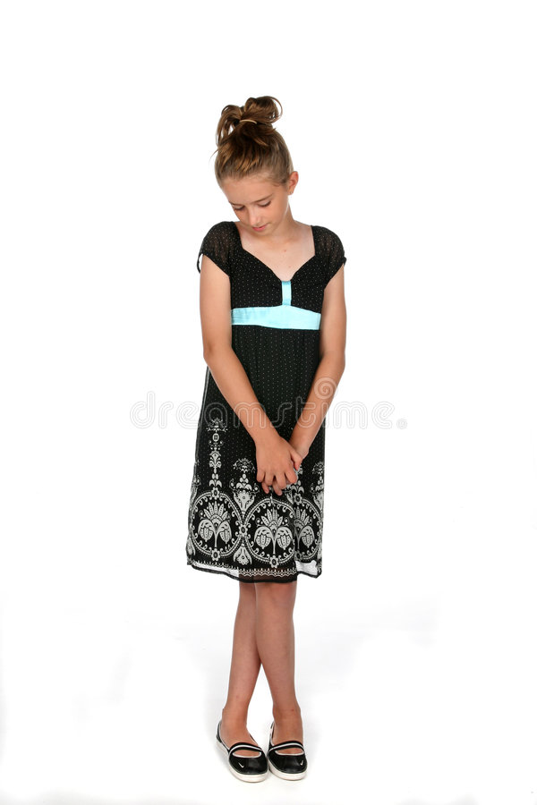 Schüchternes Mädchen im schwarzen Kleid lizenzfreie stockfotografie