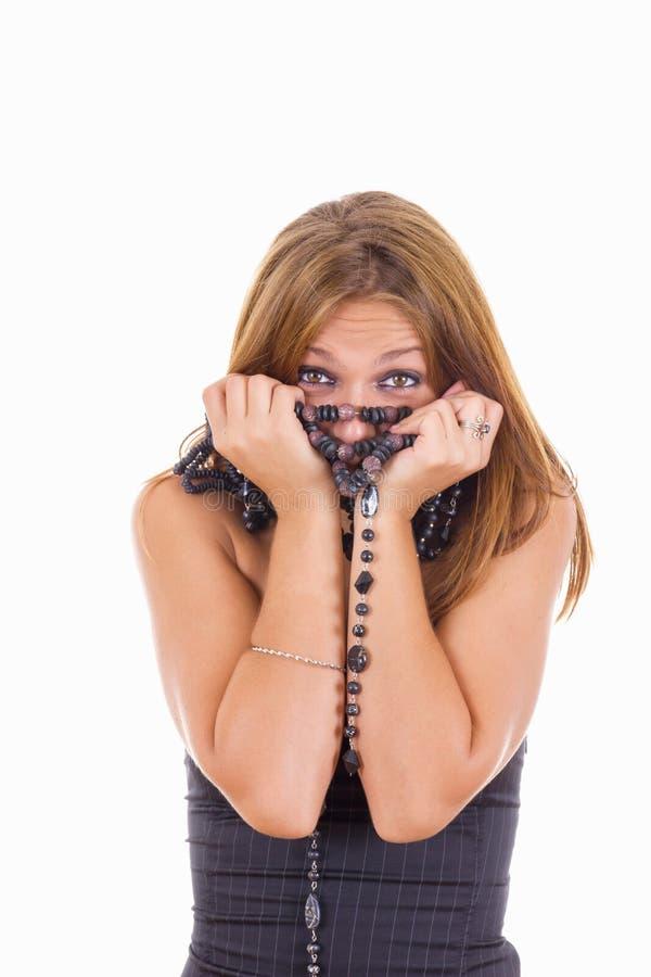 Schüchternes Mädchen mit vielen Halsketten um ihren Hals stockfotografie